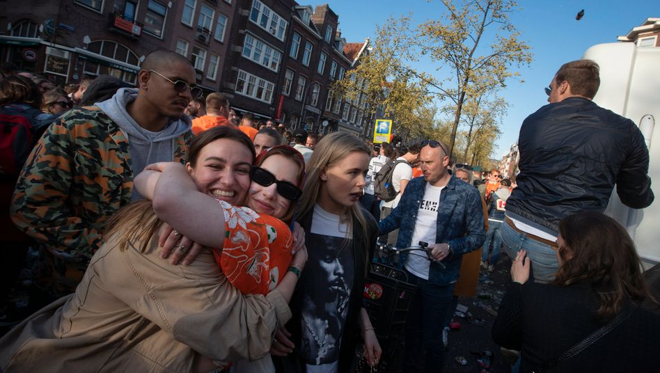 War mal Corona? Menschen fallen sich in Amsterdam beim »Königstag« in die Arme