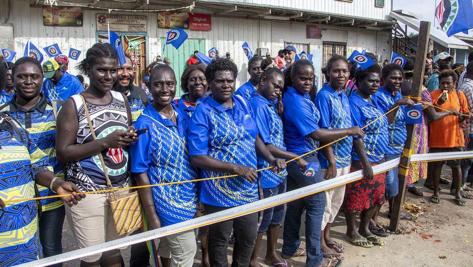 """Einwohner Bougainvilles vor einem Wahllokal für das Unabhängigkeitsreferendum: """"Die wichtigste Lehre ist: Konflikte können gelöst werden"""""""