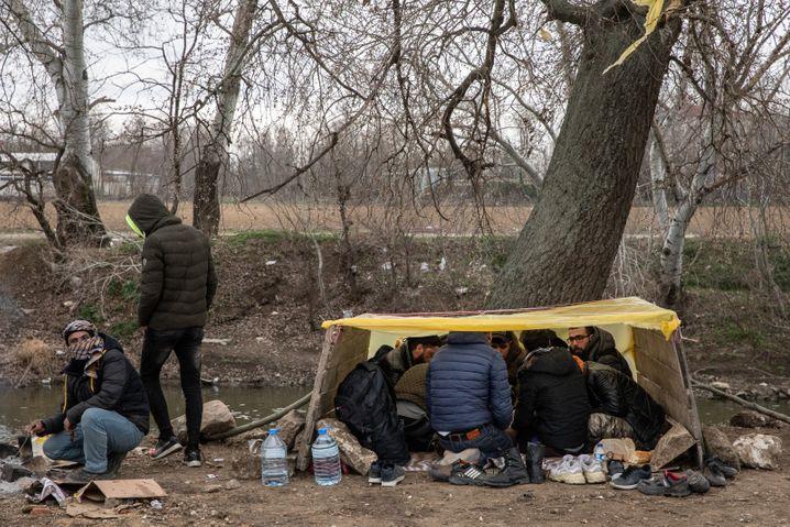 Flüchtlinge kauern in einem selbst gebauten Unterstand im türkischen Edirne an der Grenze zu Griechenland
