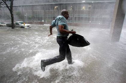 Ein Mann flieht vor dem Hurrikan: Tornados, Überschwemmungen, Sturmschäden