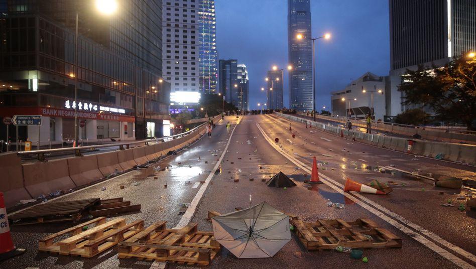 Straße in Hongkong nach Zusammenstößen: Spuren von Wasserwerfern und Barrikaden