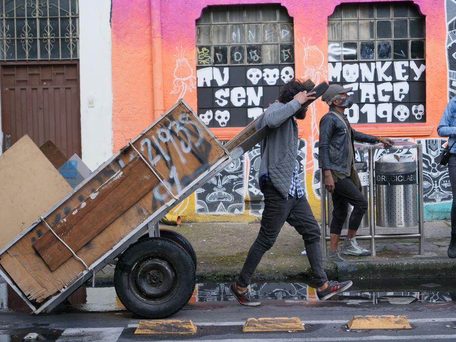 """Die """"Recicladores"""" Elder und Yeila sind Müllsucher auf der Suche nach Wiederverwertbarem"""