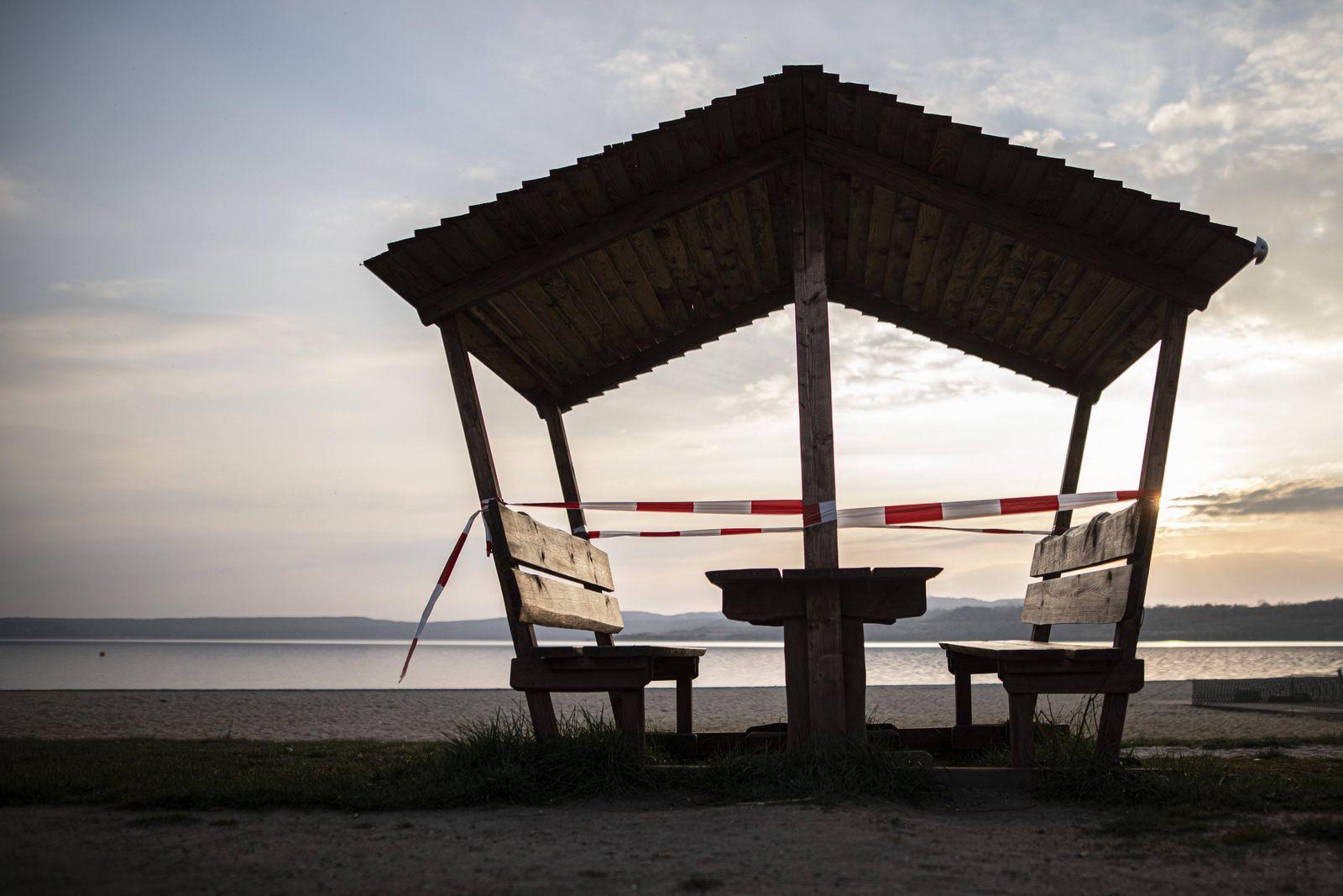 News Themen der Woche KW13 Eine ueberdachte Sitzgruppe ist abgesperrt am Strand vom Berzdorfer See in Goerlitz, 04.04.20