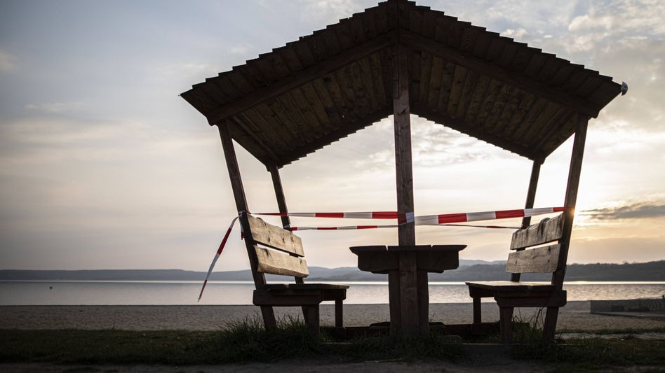 Abgesperrte Sitzgruppe an einem Badesee: Der Sommer wird gut – aber unter welchen Bedingungen?