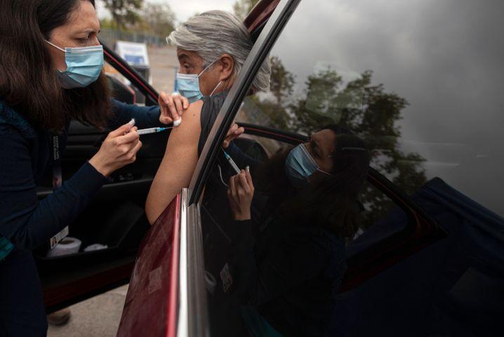 Drive-in-Impfung: Das Gesundheitspersonal Chiles ist derzeit stark überlastet