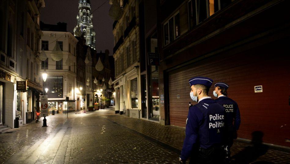 Polizisten patrouillieren in Brüssel zur Einhaltung der geltenden Ausgangssperre
