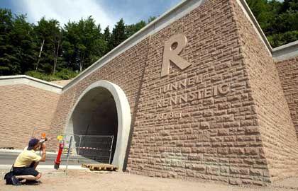 Tunnelausfahrt in Zella-Mehlis: Der Rennsteigtunnel verkürzt die Fahrzeit von Suhl nach Erfurt um die Hälfte