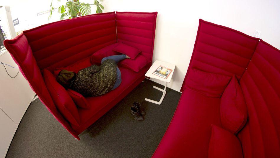 SPIEGEL-ONLINE-Mitarbeiterin übt Mittagsschlaf auf dem roten Sofa