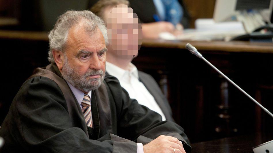 """Verteidiger Ralf-Dieter Briel mit dem Angeklagten: Bitte um ein """"gerechtes Urteil"""""""