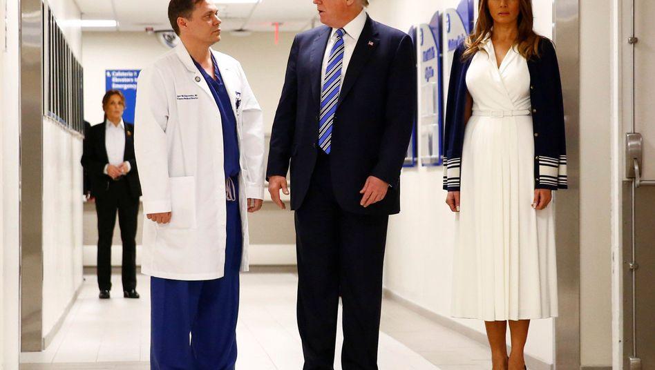Arzt Igor Nichiporenko mit den Trumps im Broward Health North Hospital