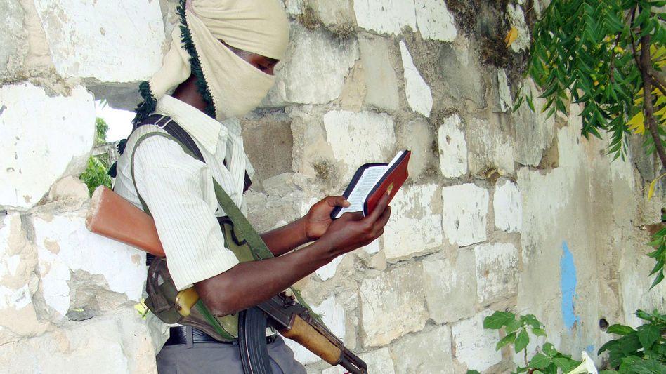 Bewaffneter Milizen-Krieger in Somalia (im Juli 2009): Kinder die Benutzung von Waffen lernen lassen