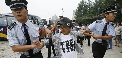 Protest unerwünscht: Eine Demonstrantin in Peking wird abgeführt