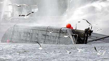 Verunglückter Schwefelsäure-Transport auf der Elbe in Hamburg im Juni 2004: Angst vor dem Crash