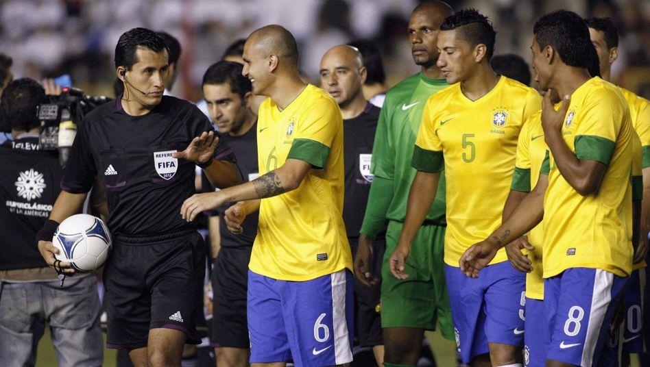 Schiedsrichter Osses (.), Brasilianische Nationalspieler: Wenig Licht, kein Spiel