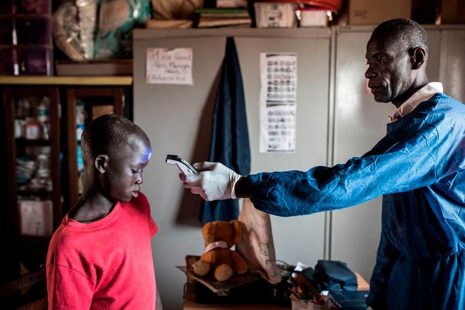 Temperaturmessung bei einem Straßenkind im Senegal: Die Coronakrise bedroht den Jungen zusätzlich, da er sich in keinem Zuhause in Sicherheit bringen kann - und auch kaum mehr eine Möglichkeit hat, an Nahrung zu kommen