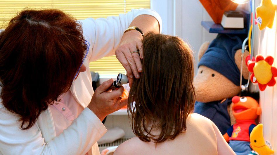 Beim Kinderarzt: Gröhe will drei weitere Untersuchungen