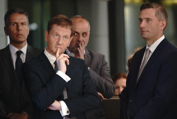 """Sachsens Ministerpräsident Michael Kretschmer (2.v.l.) und SPD-Spitzenkandidat in Sachsen, Martin Dulig (r.): """"Dazu bereit"""""""