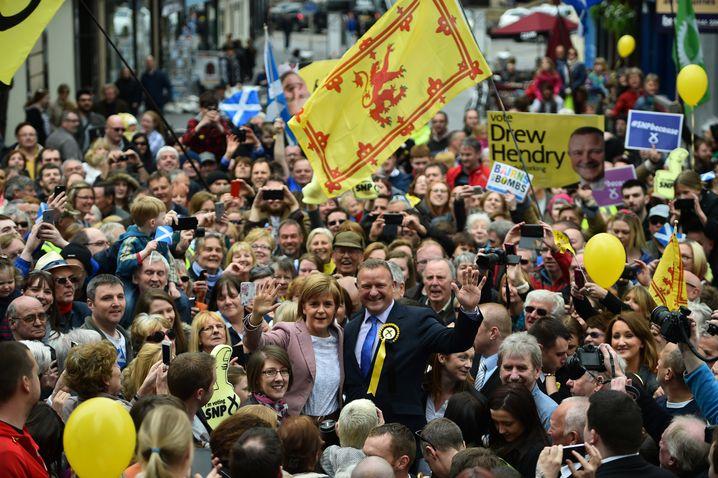 SNP-Anführer Nicola Sturgeon und Drew Hendry beim Bad in der Menge: Kleine Parteien erstarken