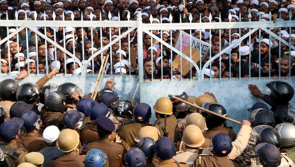 Islamische Universität in Indien: Sicherheitskräfte versperren protestierenden Studenten den Weg