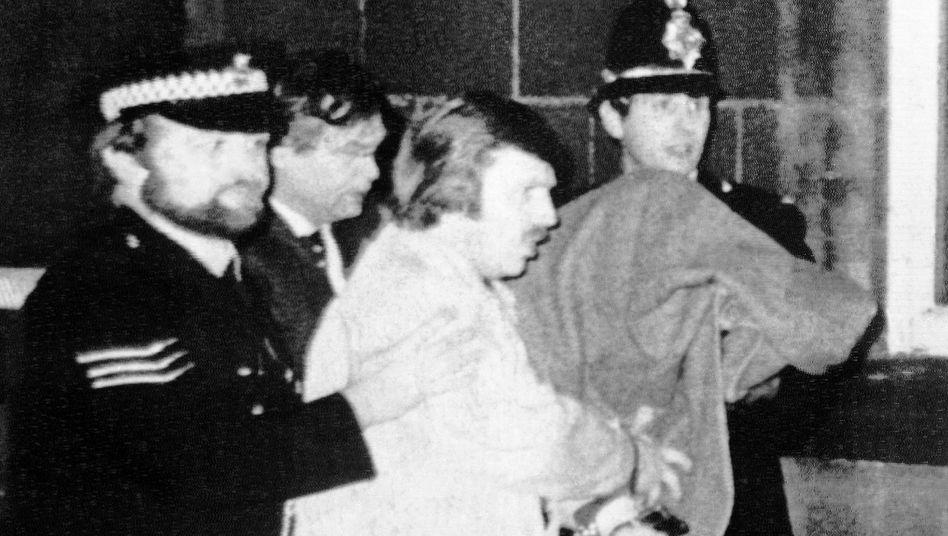 Peter Sutcliffe (unter der Decke) wird 1981 aus dem Gerichtsgebäude abgeführt