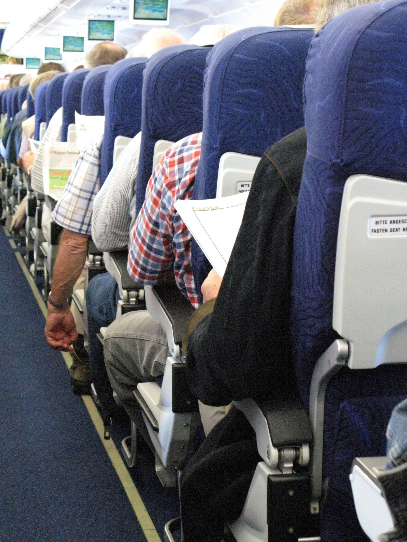 EINMALIGE VERWENDUNG Flugzeug/ Sitzreihe/ Enge