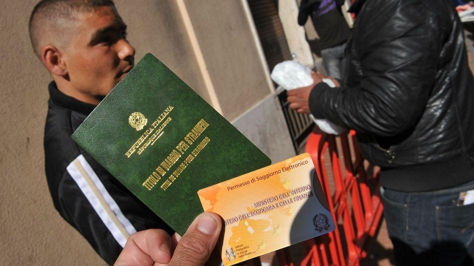 Flüchtling in Ventimiglia zeigt seinen Ausweis: Frankreicht hält Zug auf
