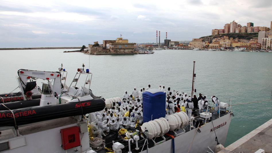Flüchtlinge auf Boot der italienischen Küstenwache (nach der Rettungsaktion am Samstag): In Sicherheit gebracht