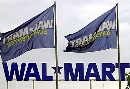 Wal-Mart-Fahnen vor der Filiale in Dortmund. In Deutschland stieß der Konzern überraschend auf viel Gegenwind