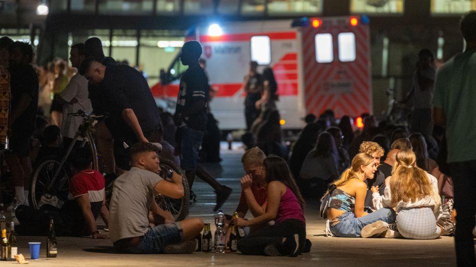 Feiernde auf dem Freiburger Platz der Alten Synagoge: »Ein Sicherheitsrisiko für alle Besucher«
