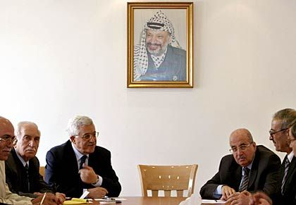 """PLO-Generalsekretär Abbas (4. v. l.), Palästinenserführer in Ramallah: """"Wir fühlen uns wie verlorene Kinder"""""""