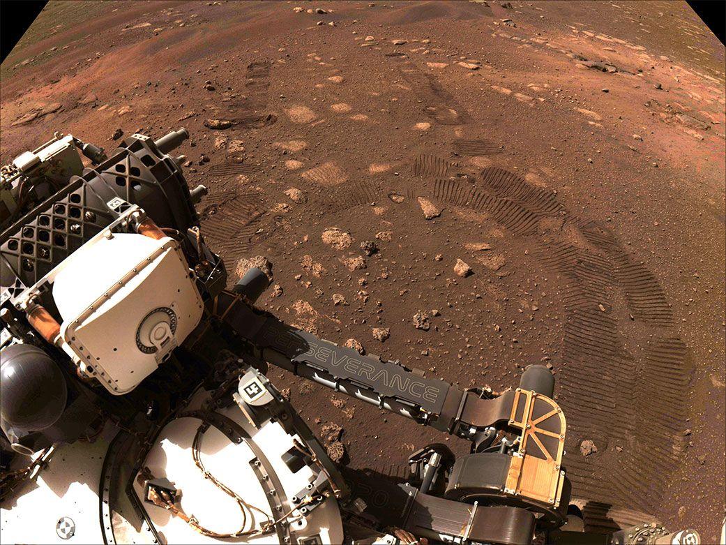 Mars-Rover fährt erstmals über Roten Planet