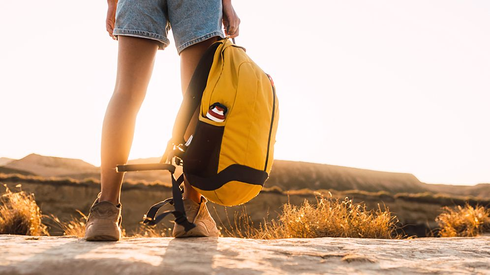 Backpacker unterwegs (Symbolbild): Gestrandet am Ende der Welt
