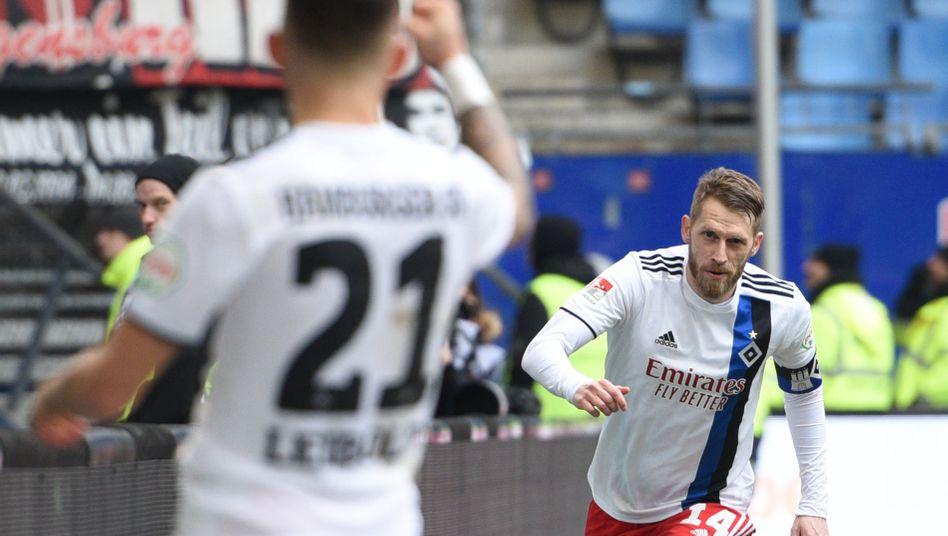 Hamburgs Aaron Hunt jubelt nach seinem Treffer zum 2:1 gegen Regensburg