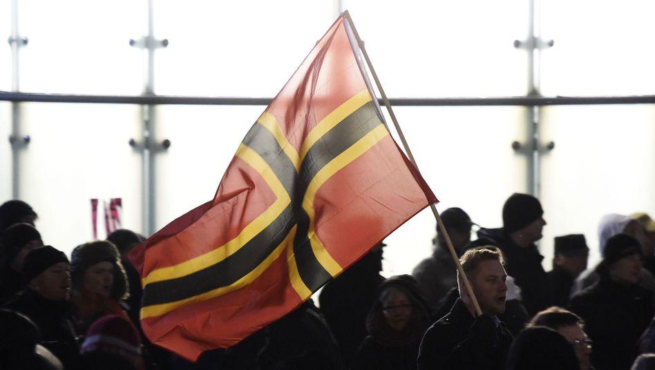 Anhänger von Pegida in Leipzig, der sogenannten Legida: Fahne von Widerstandskämpfer Josef Wirmer