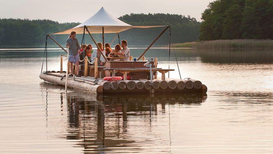 Ferien auf dem Floß: Swing, Snacks und Sonnenuntergang