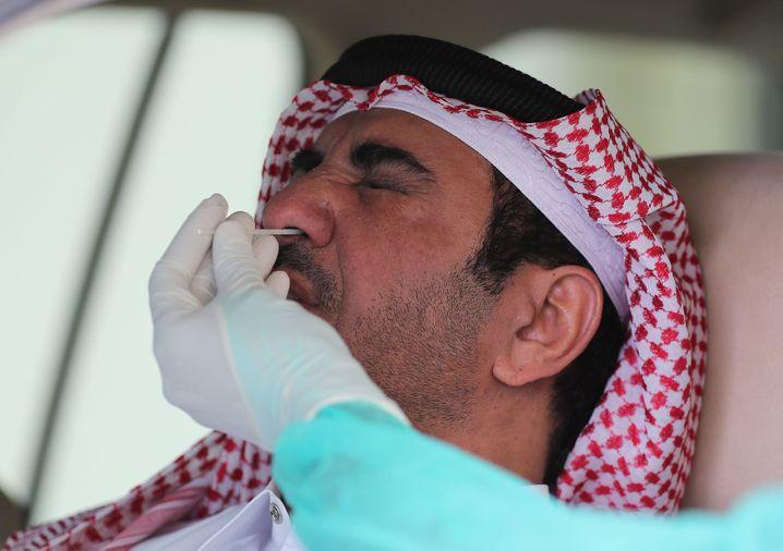 Corona-Test in Katar: Das Virus bedroht die wirtschaftliche Existenz vieler Wanderarbeiter