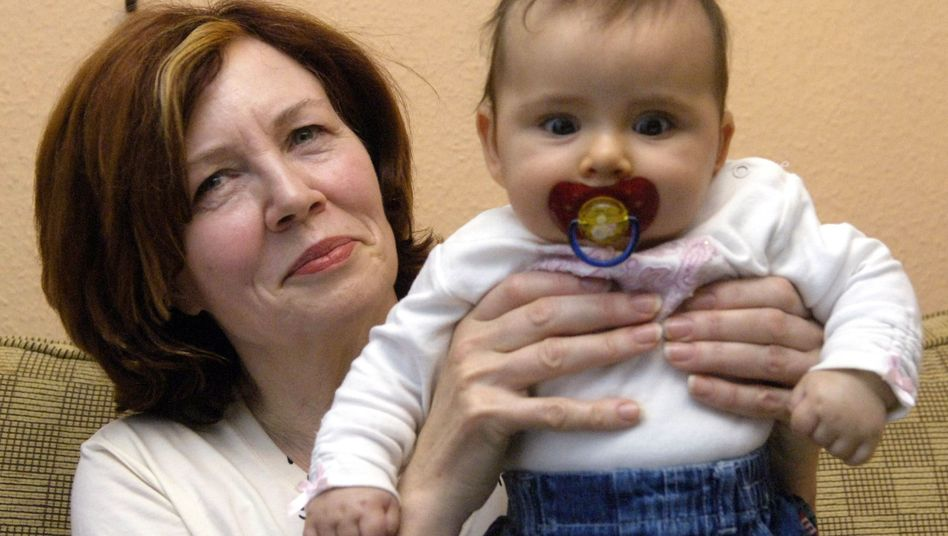 Mutter Machbarkeit: Annegret Raunigk, damals 55, mit ihrem 13. Kind (2005)