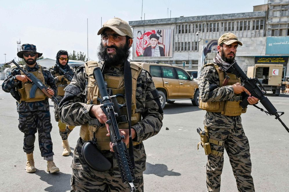 Taliban fighters at the Kabul airport: It remains to be seen whether the extremists will be able to exert control over the entire country.