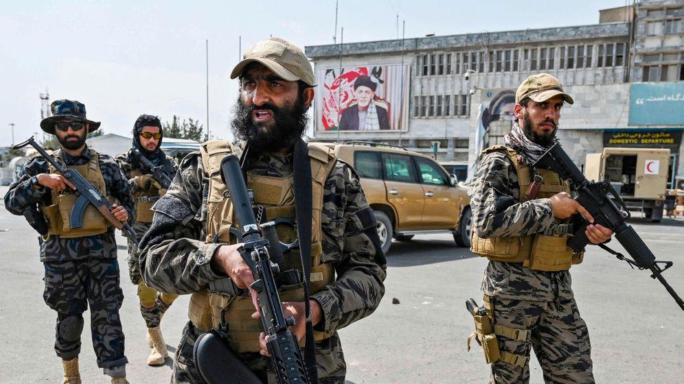 Soldaten der Taliban am Kabuler Flughafen: Können die Extremisten ein ganzes Land regieren?
