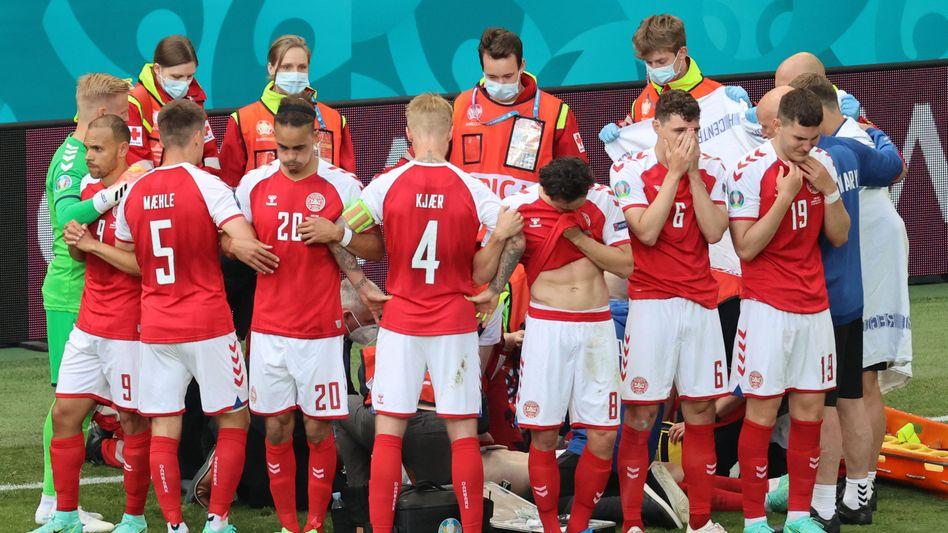Nach dem plötzlichen Zusammenbruch von Christian Eriksen bildeten seine Mannschaftskollegen einen Kreis um ihn
