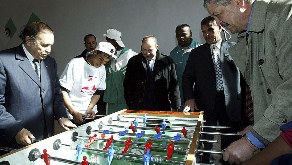 Der algerische Präsident (l.) und der neue Regierungschef (r.) in 2004: Enge Vertraute