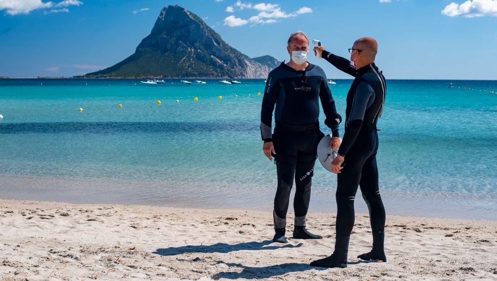 Tauchlehrer auf Sardinien misst Körpertemperatur