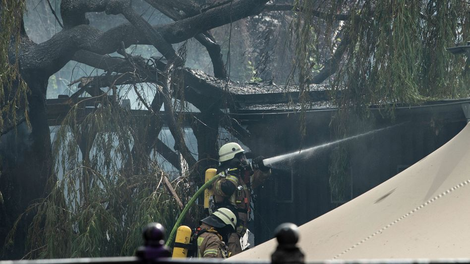 """Feuerwehrleute löschen den Brand im """"Club der Visionäre"""""""