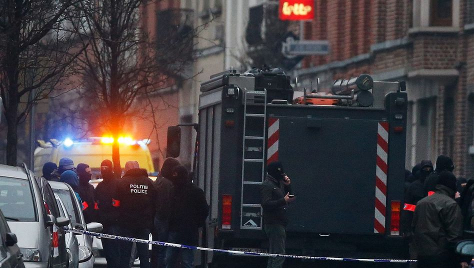 Belgische Sicherheitskräfte konnten den Terrorverdächtigen Salah Abdeslam 2016 im Brüsseler Stadtteil Molenbeek verhaften. Er gilt als einer der Drahtzieher der Pariser Anschläge von 2015