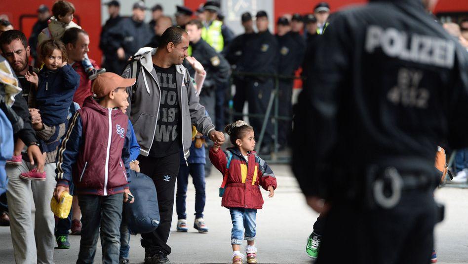 Flüchtlinge bei der Ankunft in München: Gabriel rechnet vorerst nicht mit Steuererhöhungen