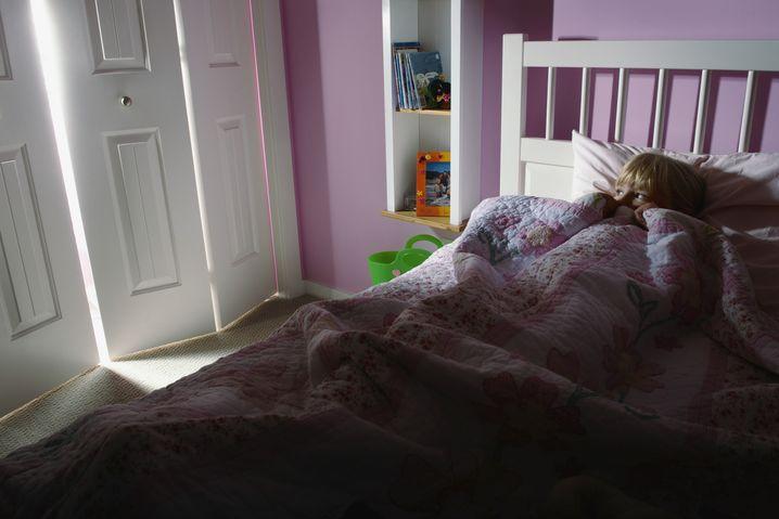 Schlechte Träume oder Hexen: Kinder haben allein im Bett manchmal Angst
