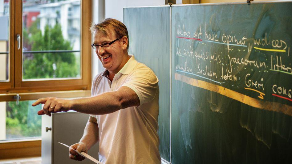 Das Gehalt eines deutschen Lehrers ist zu Beginn vergleichsweise hoch, doch die spätere Steigerung fällt gering aus (Symbolbild)