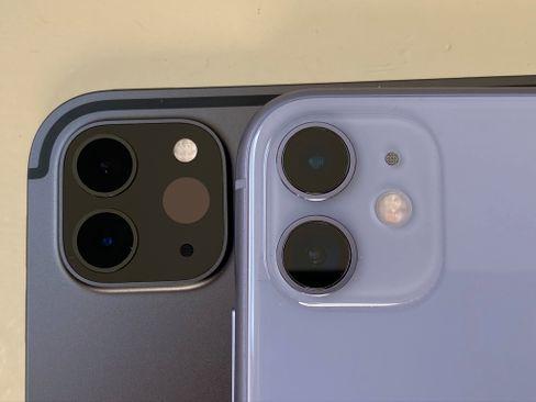 Rechts iPhone 11, links iPad Pro (2020). Der dunkle Fleck, rechts neben den iPad-Kameras, ist der Lidar-Scanner