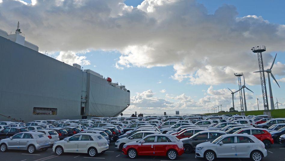 Autos vor Fähre in Emden: Deutlich weniger Geschäft in Europa