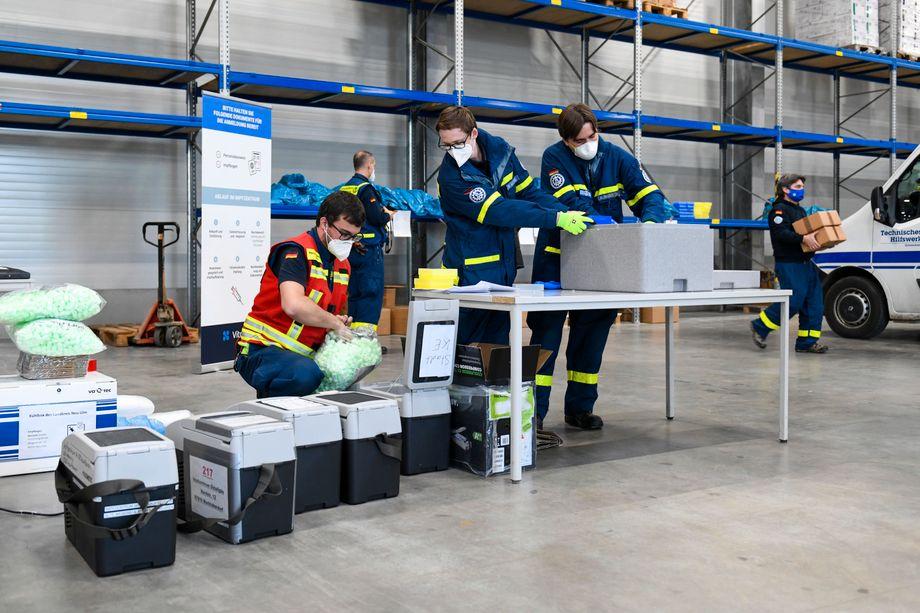 Mitarbeiter des Technischen Hilfswerks in bayerischem Impfzentrum